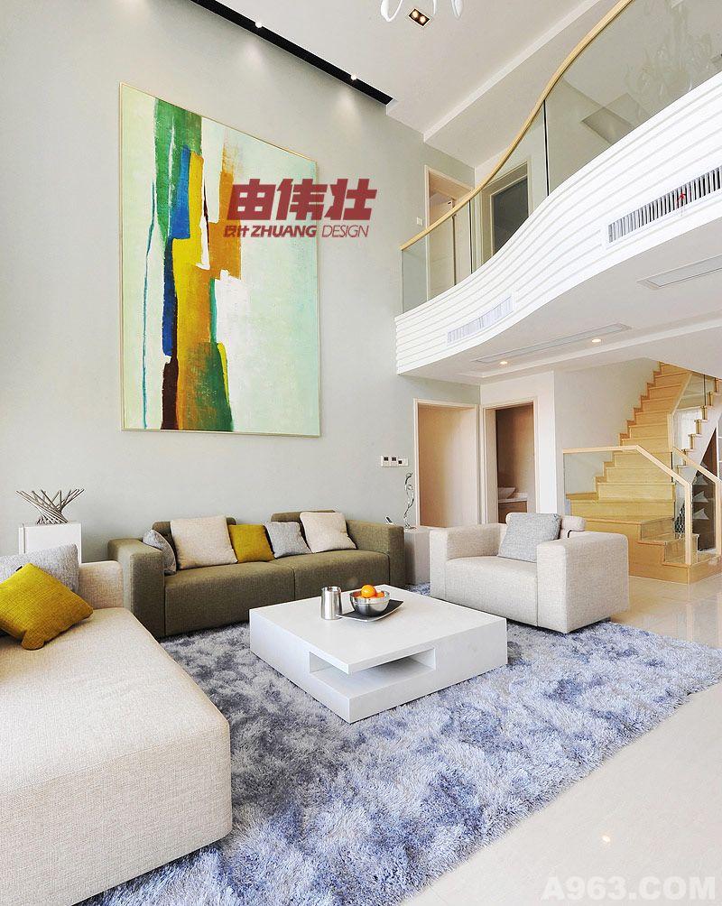 设计说明:现代风格是比较流行的一种风格,追求时尚与潮流,非常注重居室空间的布局与使用功能的完美结合。本案将现代风格的个性时尚和优雅表现的淋淋尽致。各类情节于空间融洽呈现,闲散与自在中艺术与生活交织在一起。设计师引源优雅深意,以专业的笔触诠释空间的氛围。 进门过了玄关就是客餐厅,进入客厅部分,考虑客厅的层高问题,在整个电视背景的设计上,把它分为上、下两个部分来设计,首先,在上面部分它的设计元素是一些帆船的船帆造型,把它组合而成。然后贯穿这个元素延续下去,在造型下面部分用了一些线条高低错落组合而成。从而使整个