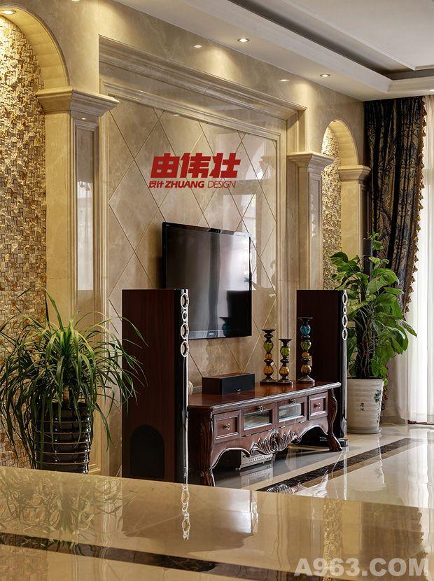 《设计》说明:本案设计具有浓厚的欧式古典气息。淡褐色的啡网纹大理石,淡黄色的欧式植物纹样壁纸、异域风情的波斯花纹地毯、欧式风情的罗马帘、希腊式大理石背景墙拱形造型,仿佛一位来自欧洲的女子行走在沙哈拉沙漠,神秘感油然而生。客厅与餐厅交接处采用了抬高手法,开放式的实木楼梯拾级而上,华丽丽的吊灯和壁灯,仿佛在影影绰绰的光影里邀请人们开始一场神秘之旅。