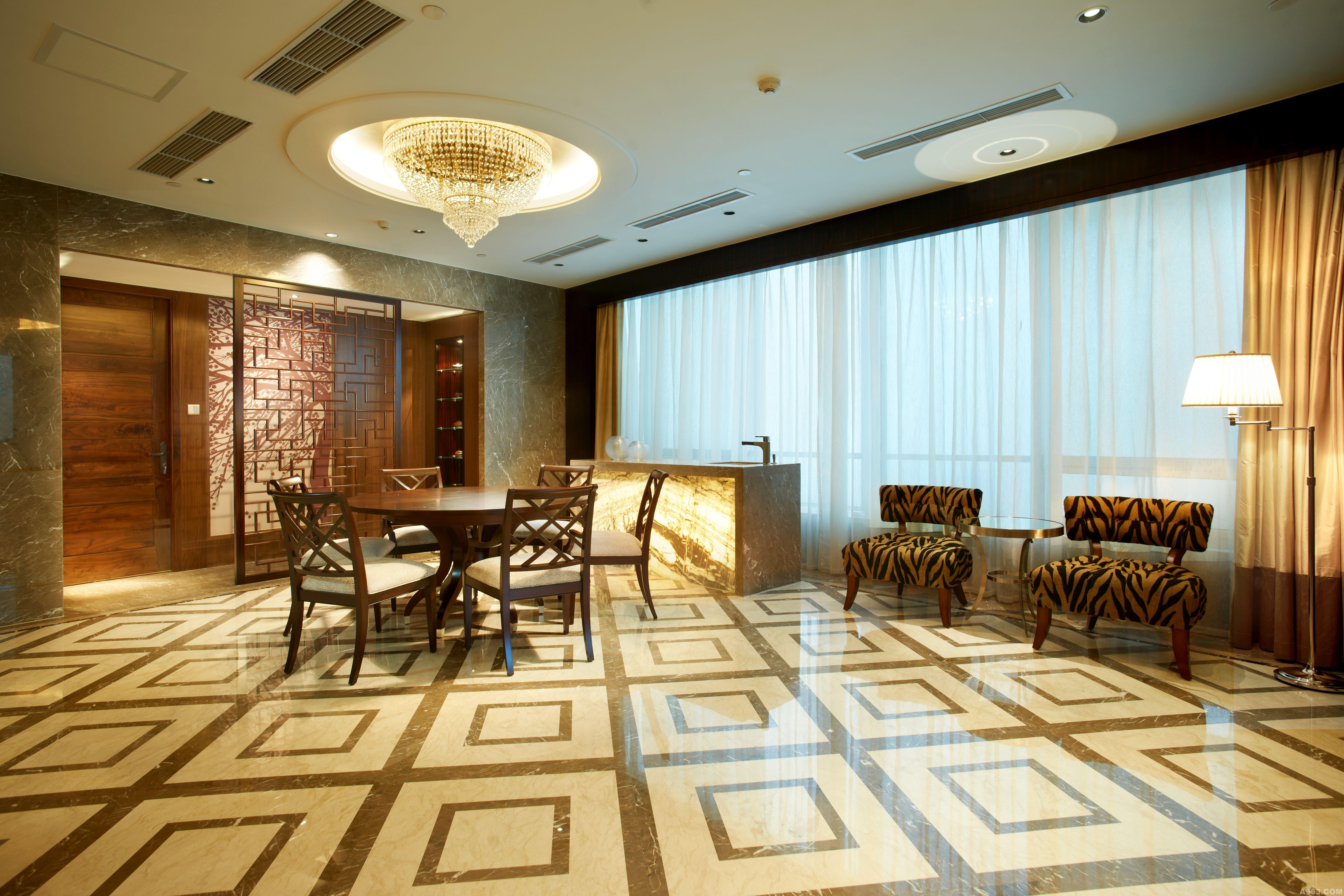 餐厅设计与整体设计相融,特别处在于现代中式屏风背后的一株梅花树
