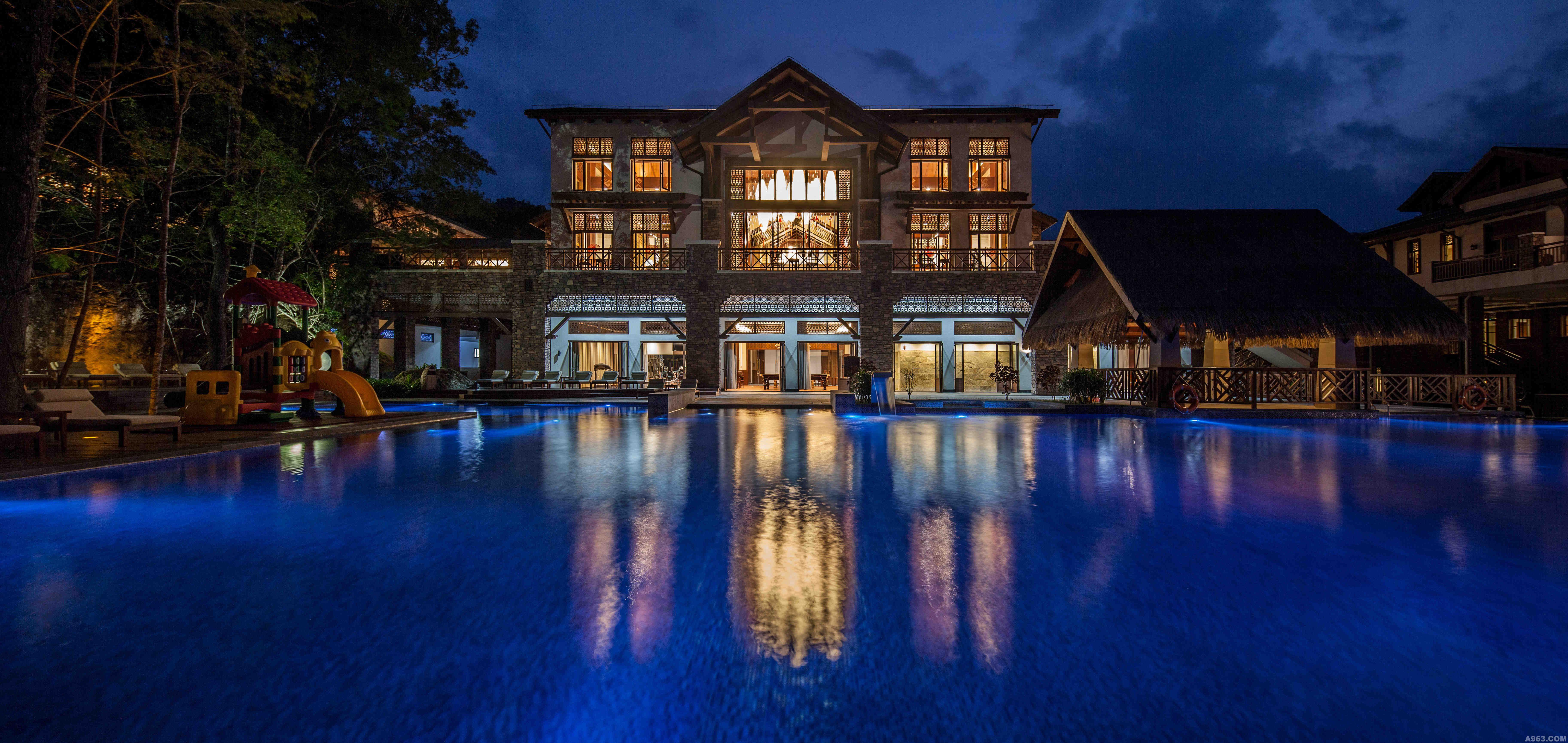建筑为东南亚风格,兼有五指山山区富有传统和民族特色的船型屋与