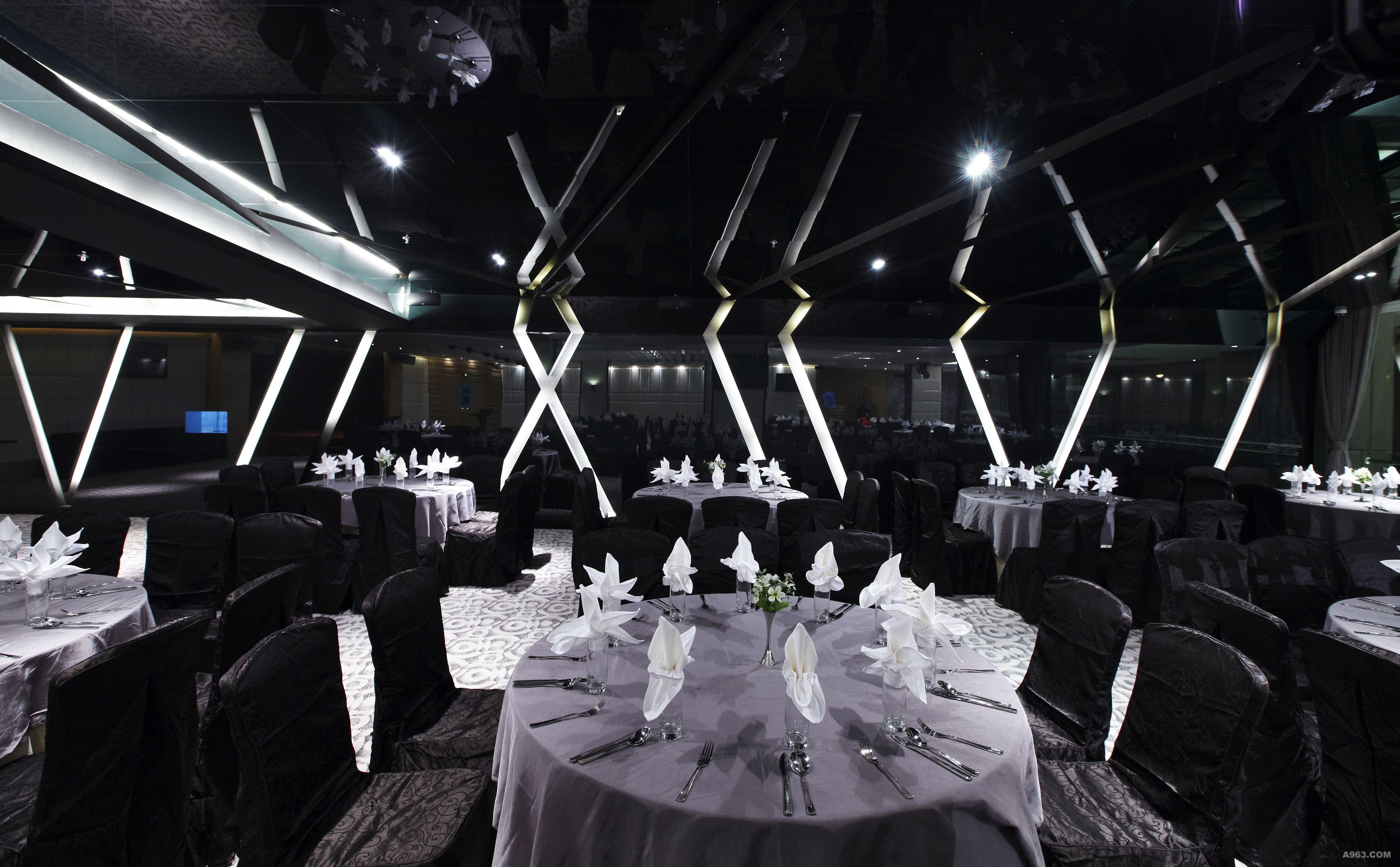 西餐厅以后现代的设计手法,呈现出极简的调性,中餐厅则巧妙结合当地的