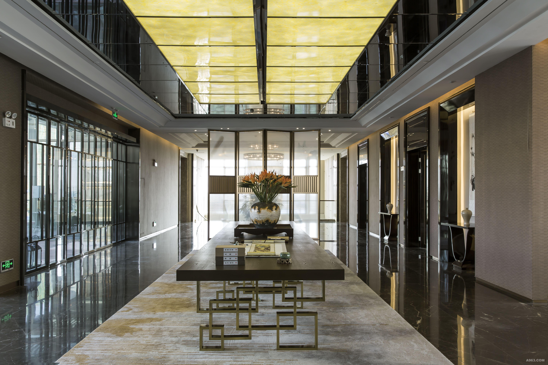 大厅中庭挑高逾9米,四周均以水墨肌理细腻的精品大理石饰墙,长4米,宽8