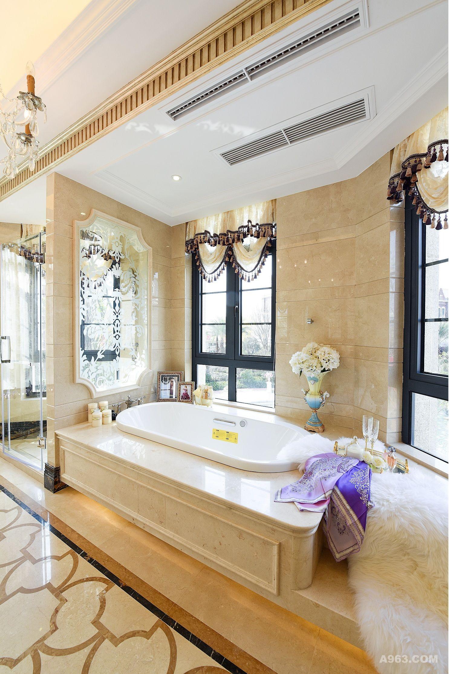 """""""新古典""""承载着新时代成功人士的贵族精神,整个空间以低调奢华的方式表现。空间蓝色,棕色和香槟金的搭配,是打造奢华的重要手法,棕色的大气稳重,加以香槟色的精致洗练。 让整个空间充满都市新贵的品位情结! 背几作为沙发的陪衬,是客厅里最休闲的角落,但就是这个方寸之地演绎着生活的喜怒哀乐,见证着春夏秋冬四季的冷暖变化,或繁花似锦,或热情奔放,或金黄绚烂,或千里冰封,都一一绽放着本来的美好。"""