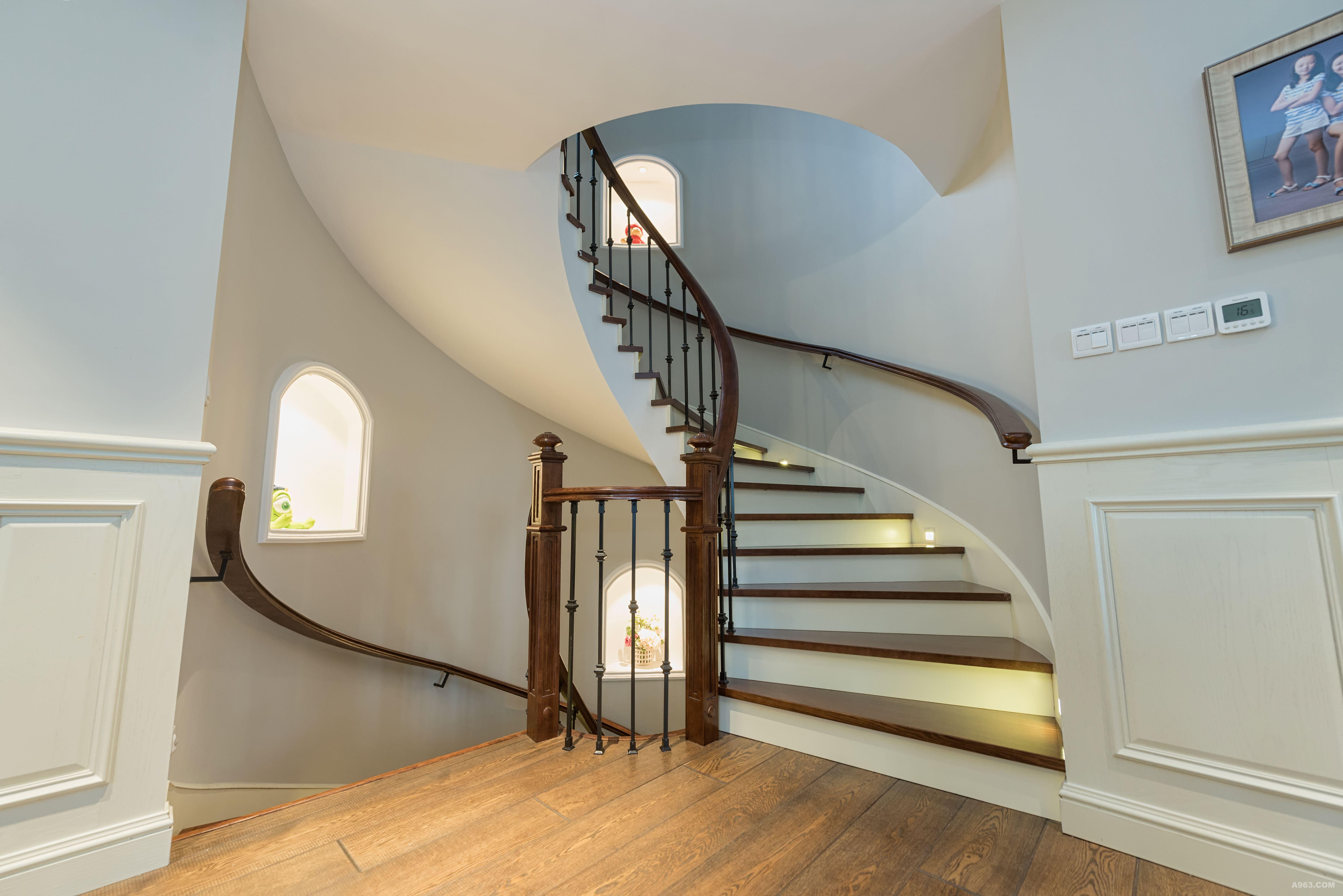 墙面色彩丰富,过廊的红色非常跳跃,宁静的空间徒增一抹激情,圆形楼梯