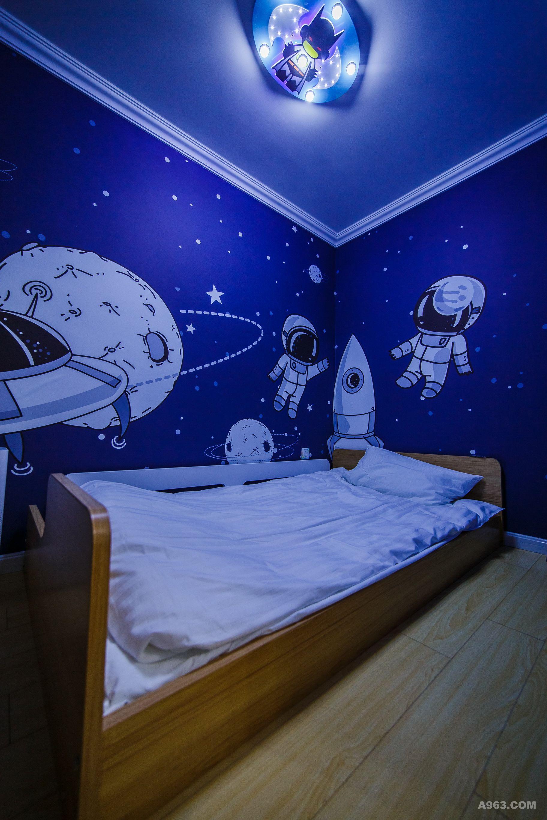 这是一间以海洋为主题的房间,墙面壁纸选用海洋主题的手绘画稿,卫生间