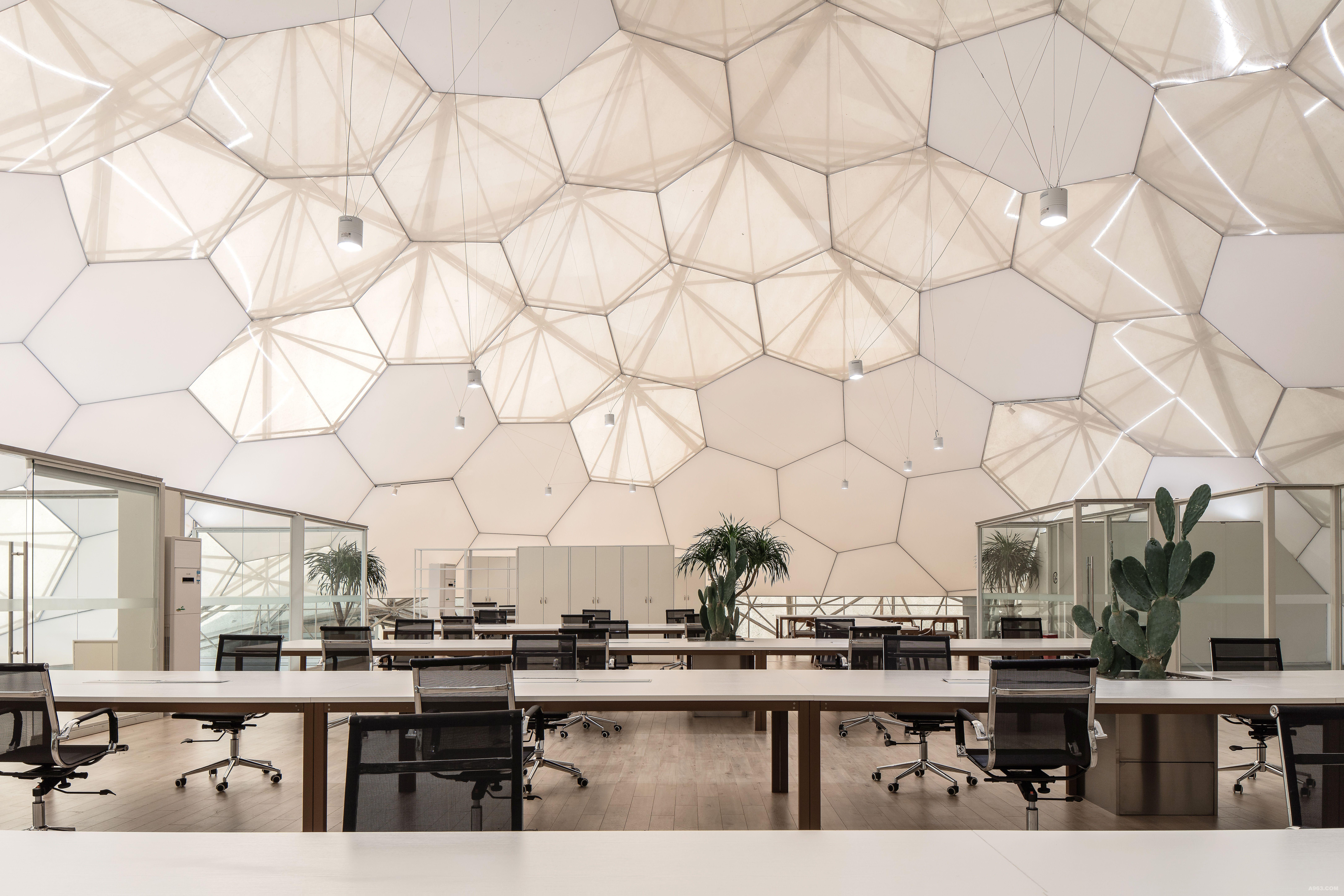 创意孵化基地 创意孵化基地,是上海世博会时留下来的临时建筑,这些年里,也换了好几个业主,他们对建筑物的室内都进行过不同程度的改造,所以最终留下来的内部结构相对比较复杂。甲方希望做一个公益性的项目,免费提供给设计师办公,以及进行家具的展示等。 在接受设计任务之前,结构改造已经开始在施工了,到了工地现场,被现场的内部球形网架及错中复杂的裸露钢结构震撼了。在多次结构改造过程后,原有的结构框架已变得十分混乱,但没想到,这无意的混乱,却天然地透着一种能瞬间打动人的力度和美感。所以,保留并将原有球形网架的钢结构暴露出