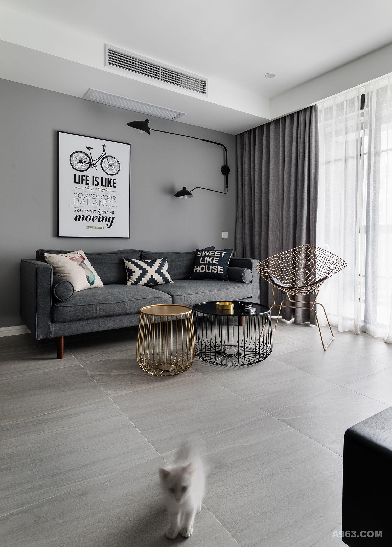 客厅简约式灰色沙发摆放几个抱枕,让人一进门就让人忍不住拥抱这片